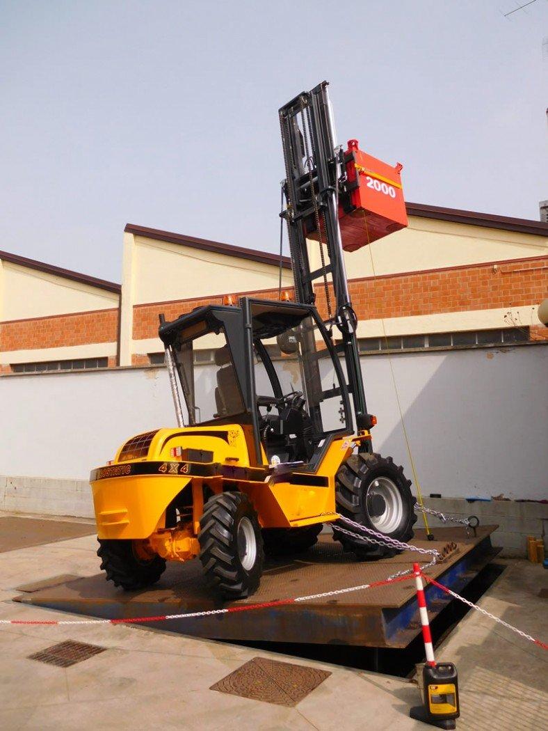 Test di stabilità su carrello elevatore