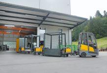 Trattore elettrico Jungheinrich EZS 570 e sistema INDUSTRY TRAIN della serie IT800
