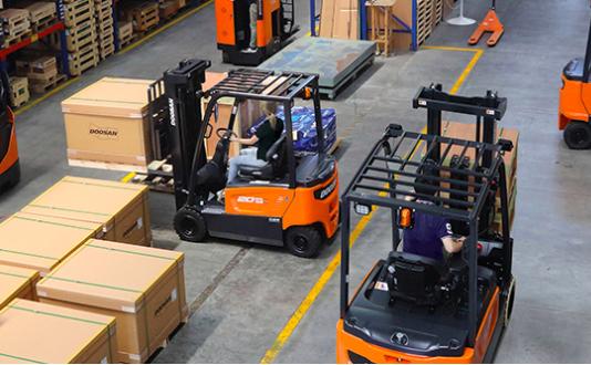 I carrelli Doosan per aumentare la produttività del magazzino sono su Tuttocarrellielevatori.it