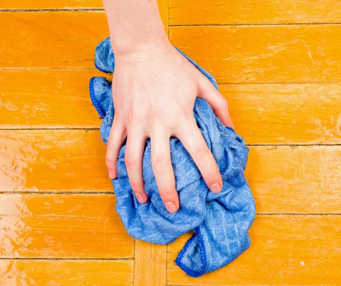 Ustionato durante la pulizia di un pavimento industriale